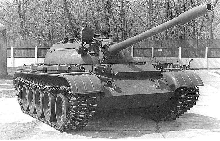 Танк Т-55.  Боевая масса - 36 т; экипаж - 4 чел.; оружие: пушка - 100 мм, 2 пулемета - 7,62 мм; броня - противоснарядная; мощность дизеля - 426 кВт (580 л.с.); максимальная скорость - 50 км/ч