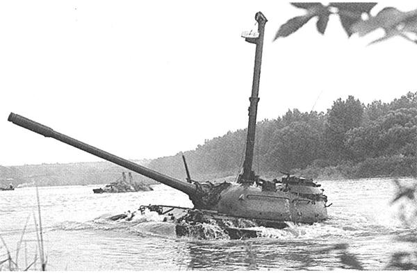 Танк Т-55А завершает преодоление водной преграды по дну.