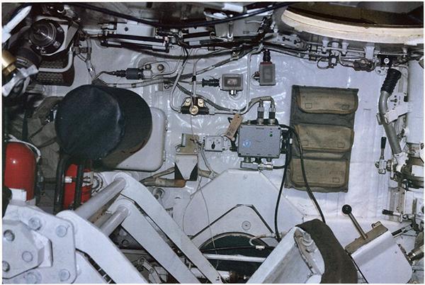 Вид на боковую часть капсулы экипажа с места наводчика. Сидения экипажа имеют широкий диапазон регулировок, обеспечивая удобство экипажа